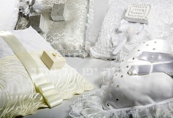 כריות מעוצבות לנשיאת טבעות נישואין
